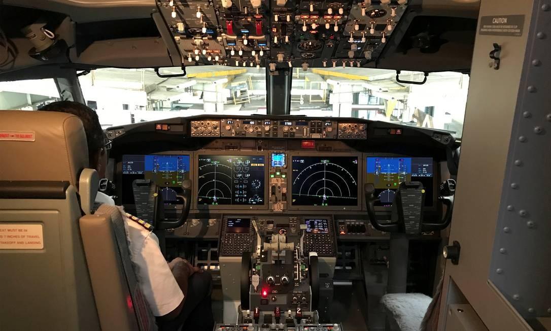 O cockpit do Boeing 737 MAX 8. O avião está sob investigação após o segundo acidente num período de 6 meses com o mesmo tipo de aeronave Foto: ABHIRUP ROY / REUTERS