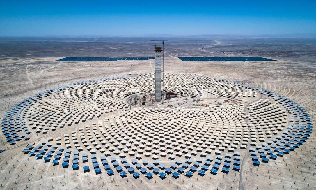 Vista aérea da usina termomolar Cerro Dominador, a primeira da América Latina. Cerro Dominador é o símbolo da ambiciosa transição energética lançada pelo Chile, que visa ter 100% de sua matriz energética limpa em 2040 Foto: HO / AFP