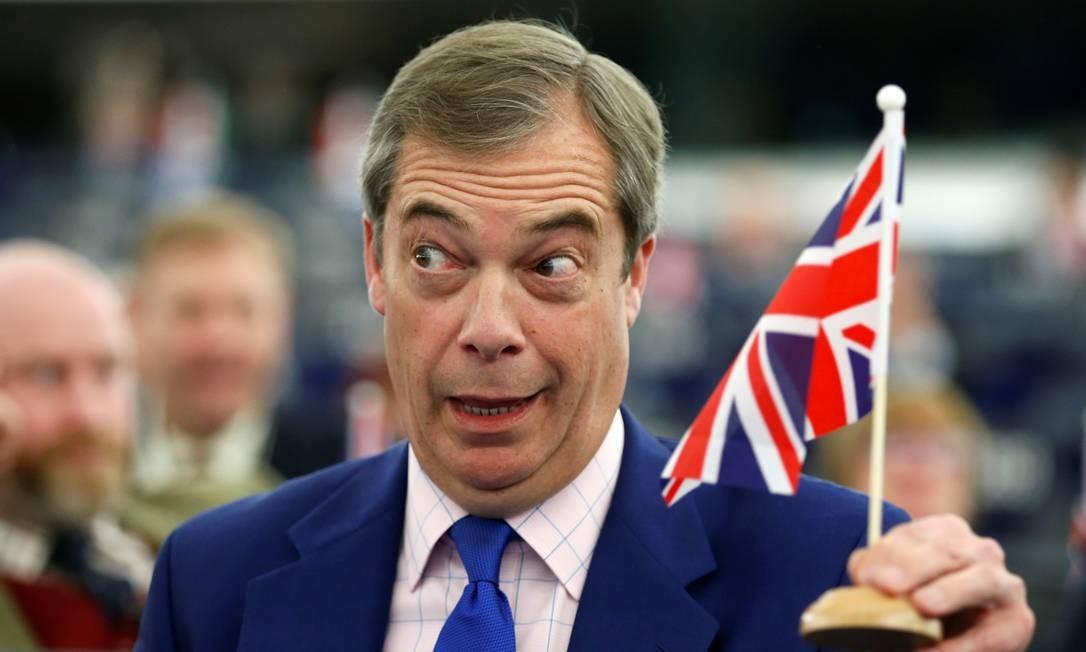 O ativista do Brexit e membro do Parlamento Europeu Nigel Farage segura uma bandeira durante um debate sobre o Brexit após a votação do acordo proposto pela Primeira Ministra Britânica Theresa May Foto: VINCENT KESSLER / REUTERS