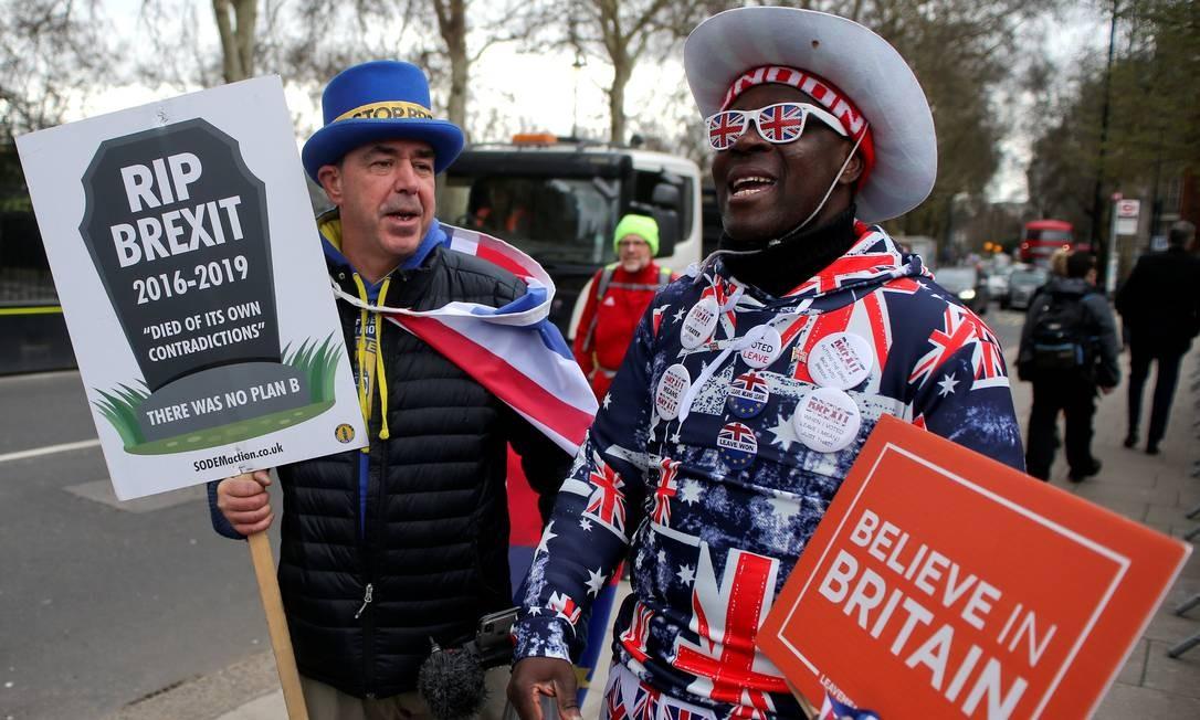 Manifestantes pró e contra Brexit do lado de fora Parlamento em Londres Foto: TOM JACOBS / REUTERS