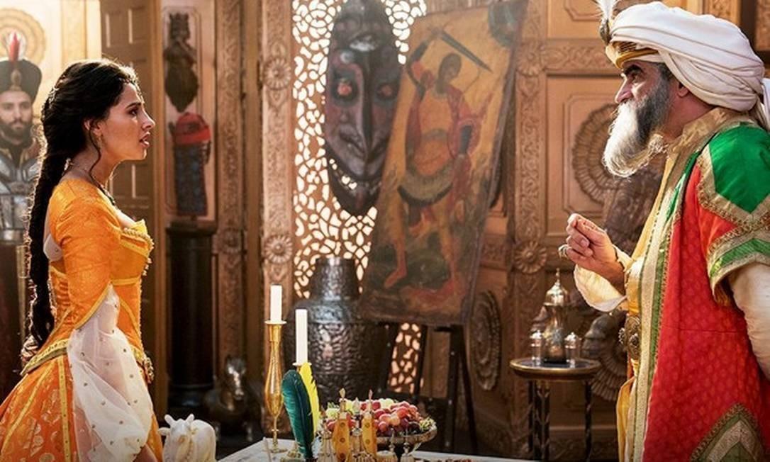 Naomi Scott e Navid Negahban Foto: Divulgação/Disney