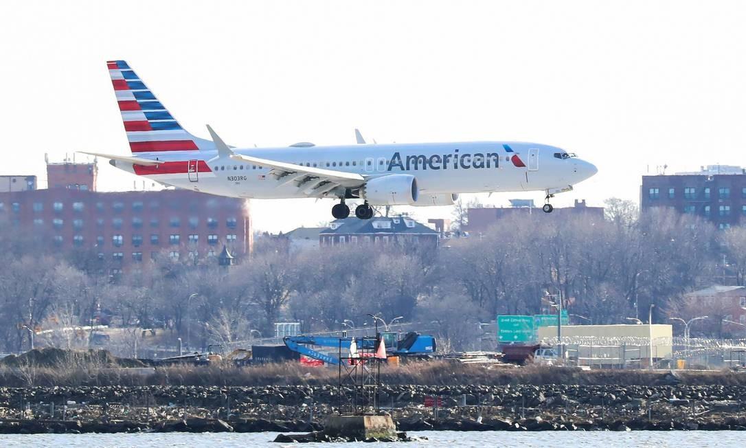 Um Boeing 737 Max 8 da American Airlines, em um voo de Miami para Nova York, chega ao aeroporto LaGuardia nesta terça-feira, 12 de março Foto: SHANNON STAPLETON / REUTERS