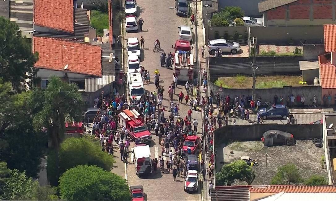 Pais de alunos e vizinhos se aglomeram na vizinhança de escola de Suzano que foi palco de tragédia nesta quarta-feira Foto: Reprodução/TV Globo