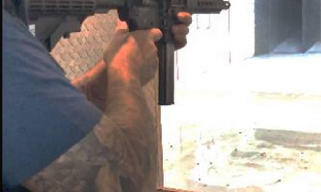 O sargento Ronnie Lessa praticando tiro num estande. Sua tatuagem foi uma das evidências que a polícia usou na identificação do executor da vereadora Marielle Franco Foto: Agência O Globo