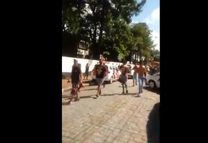 Estudantes deixam a Escola Estadual Raul Brasil, em Suzano, na Grande São Paulo, após ataque a tiros Foto: Reprodução