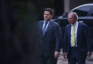 O ministro da Economia, Paulo Guedes, e o presidente do Senado, Davi Alcolumbre Foto: Daniel Marenco / Agência O Globo