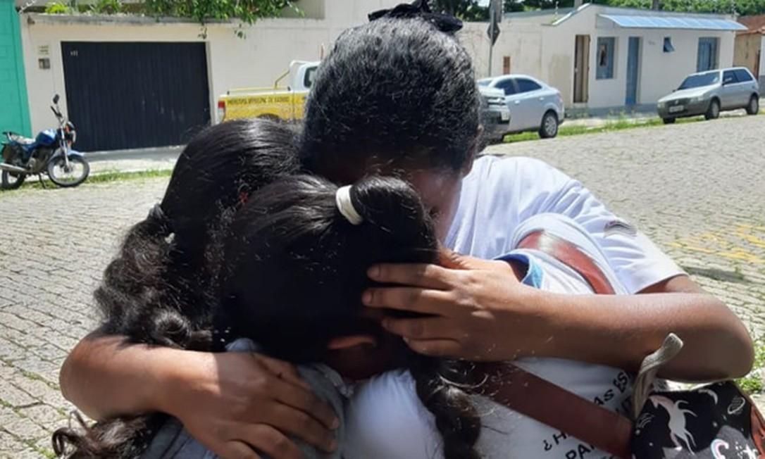 Estudantes se abraçam após ataque a escola em Suzano Foto: Maiara Barbosa / G1