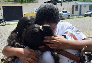 Estudantes da escola estadual Raul Brasil, em Suzano, se abraçam após sobreviverem a ataque. Foto: Maiara Barbosa / G1