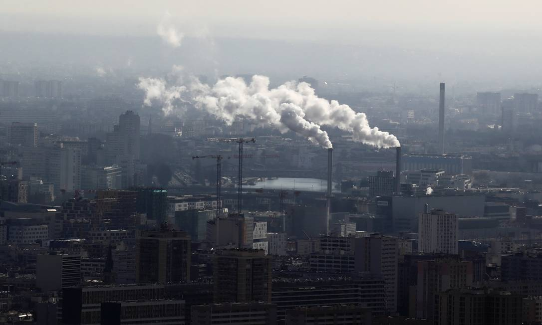 """As condições ambientais """"medíocres"""" são responsáveis por """"quase 25% das mortes e doenças no mundo, diz o estudo. Na foto, fumaça saindo de chaminés de uma fábrica em Paris Foto: GONZALO FUENTES / REUTERS"""