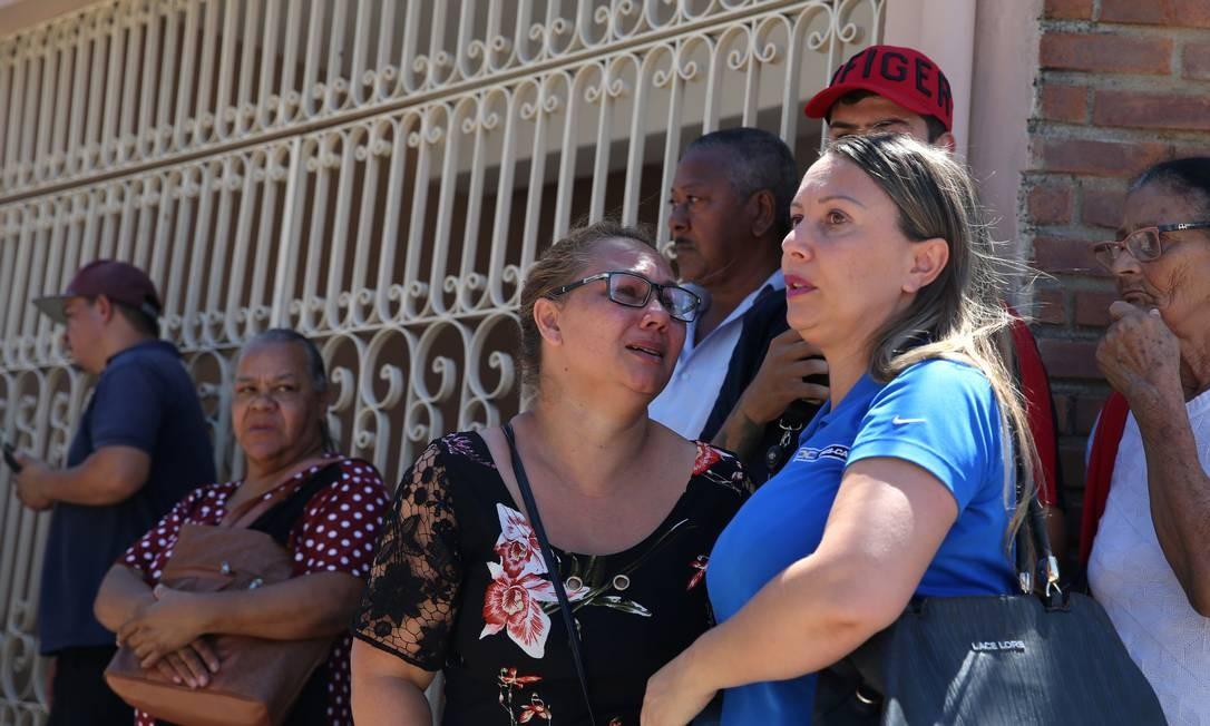 Parentes em frente à Escola Estadual Raul Brasil Foto: Amanda Perobelli / REUTERS