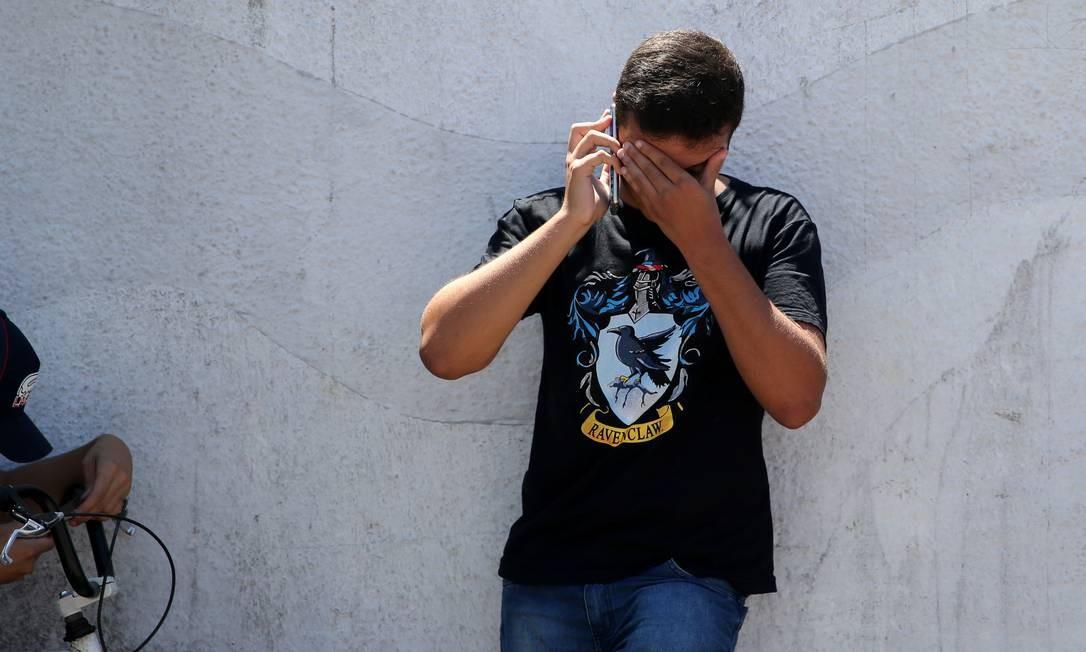 Estudante da escola Raul Brasil emocionado depois do ataque que deixou ao menos dez mortos Foto: Amanda Perobelli / REUTERS
