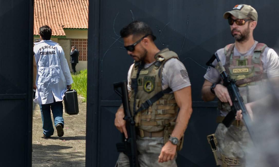 Agentes da perícia criminal e policiais em ação na Escola Raul Brasil, após o ataque a tiros Foto: Julien Pereira/Fotoarena / Agência O Globo
