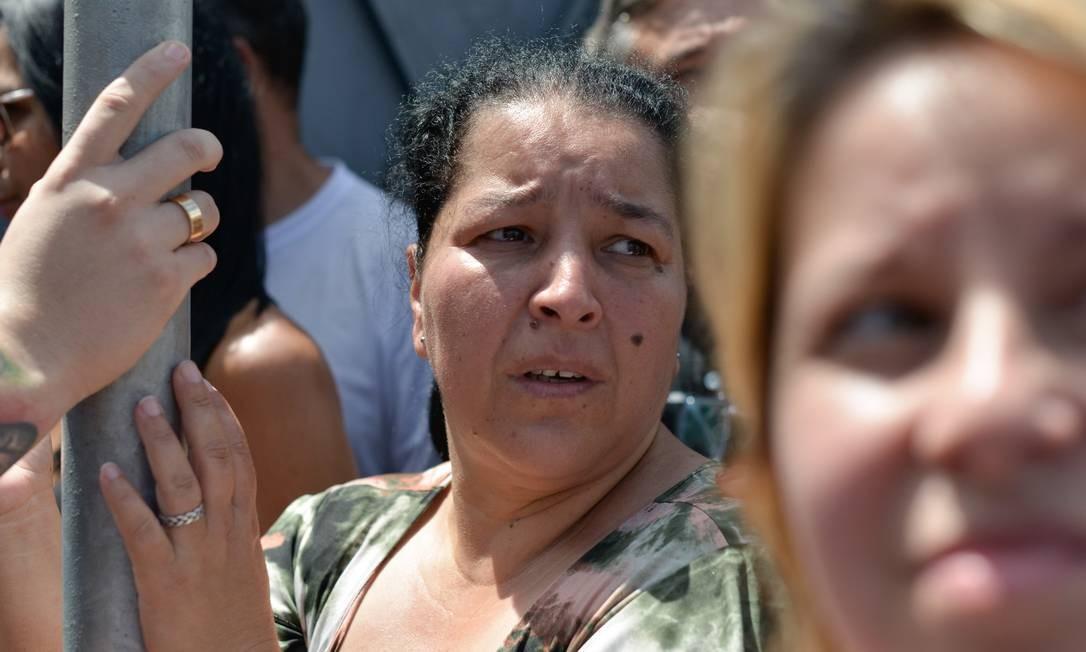 A espera por notícias dos alunos da Escola Raul Brasil preocupa a feição de pais e responsáveis Foto: Julien Pereira/Fotoarena / Agência O Globo