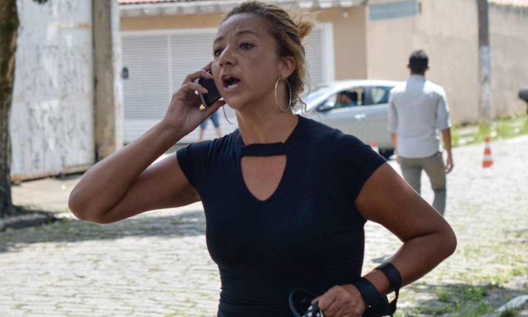 A busca por notícias sobre vítimas e sobreviventes mobilizou quem estava ao lado de fora do colégio Foto: Julien Pereira/Fotoarena / Agência O Globo