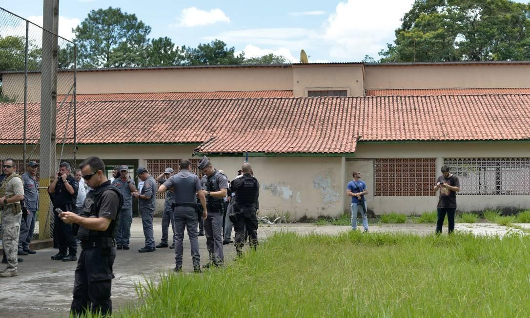 Policiais ocupam parte do pátio da Escola Estadual Raul Brasil após o ataque Foto: Julien Pereira/Fotoarena / Agência O Globo