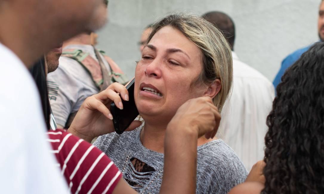 O telefone foi a principal ferramenta a qual os pais e responsáveis dos alunos do colégio recorreram enquanto esperavam por notícias Foto: Julien Pereira/Fotoarena / Agência O Globo