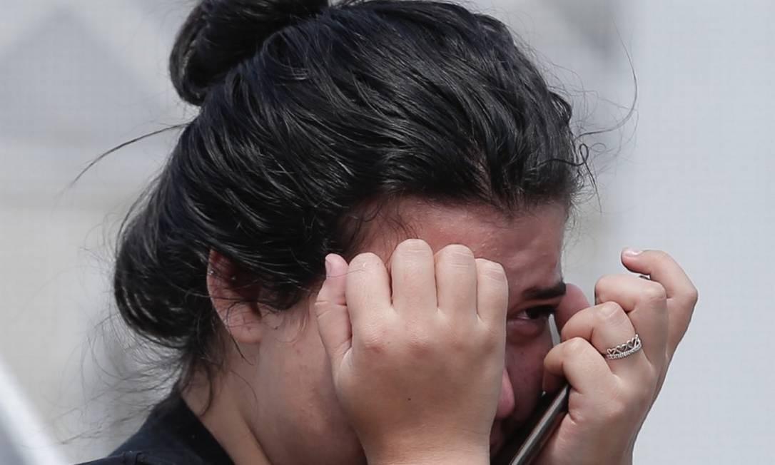 O clima de comoção tomou conta de quem aguardava novas informações sobre vítimas e sobreviventes do ataque a tiros Foto: Edilson Dantas / Agência O Globo