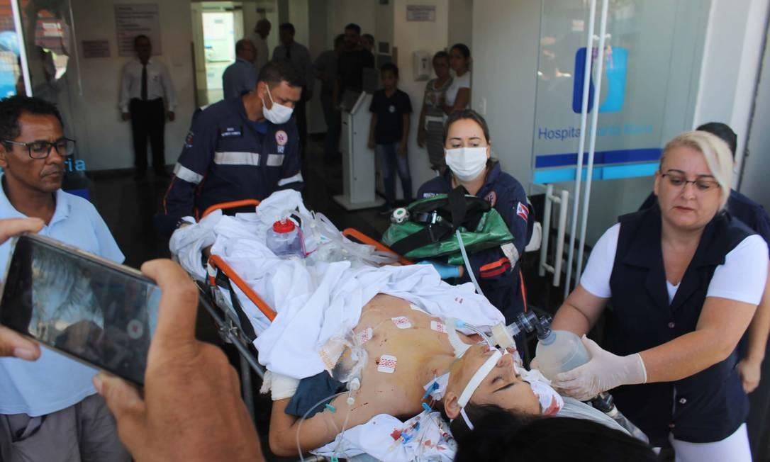 Adolescente ferido em tiroteio na Escola Estadual Raul Brasil, em Suzano (SP), é transferido de ambulância do Hospital Santa Maria para a Santa Casa, na manhã desta quarta-feira (13). Dez pessoas morreram e 16 ficaram feridas Foto: Johnny Morais/Futura Press / Agência O Globo