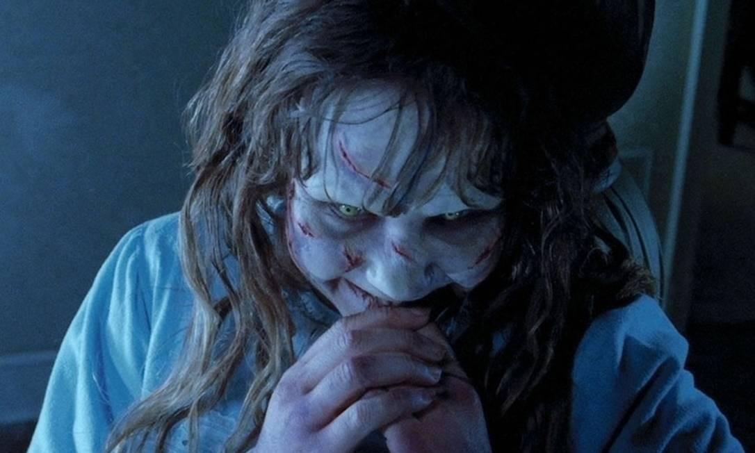 Bem antes de Miles, em 1974, outra 'criancinha' aterrorizava a família com suas atitudes de quem está com o demônio no corpo: Regan McNeil, de 'O exorcista', personagem de 13 anos interpretada por Linda Blair e baseada em uma história real Foto: Divulgação