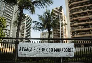 Manifestação. Faixas de protesto foram colocadas nas fachadas de diversos prédios do Parque das Rosas Foto: Agência O Globo / Brenno Carvalho/17-1-2019
