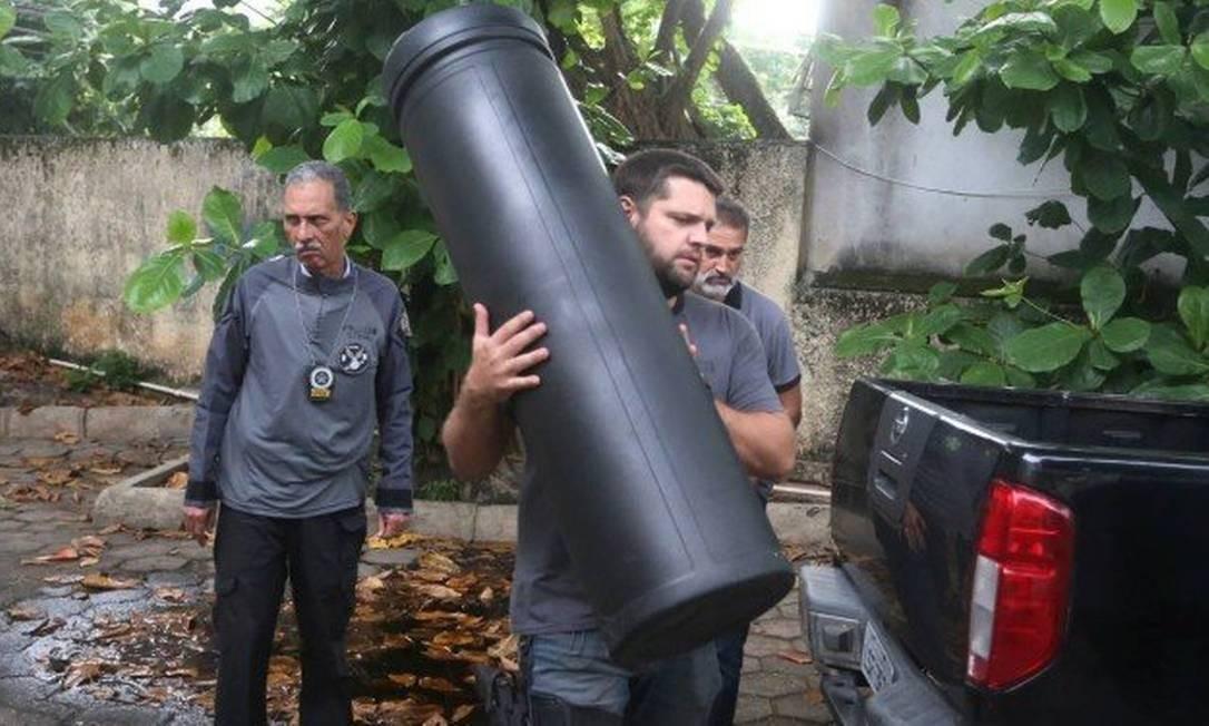 Policias recolhem caixa para guardar armamento encontrada na casa de Lessa Foto: Fabiano Rocha / Agência O GLOBO