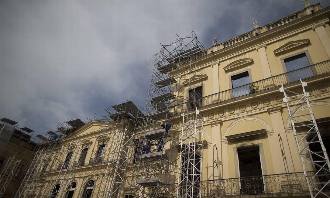 Escombros e trabalho de resgate dentro de Palácio São Cristóvão, que abrigava maior parte do Museu Nacional Foto: Márcia Foletto / Agência O Globo