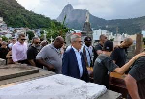 Caixão de Eurico é carregado no São João Batista Foto: Bruno Marinho
