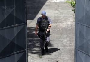 Policia na porta da escola Raul Brasil nesta quarta-feira Foto: AMANDA PEROBELLI / REUTERS