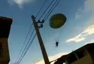 Paraquedistas caíram em área residencial de Marechal Hermes, na Zona Norte Foto: Reprodução