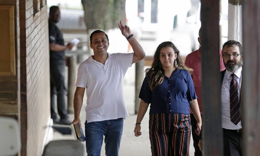 Rodrigo Neves deixa o presídio em Bangu acompanhado da filha Mayara Sixel Foto: Marcio Alves / Agência O Globo