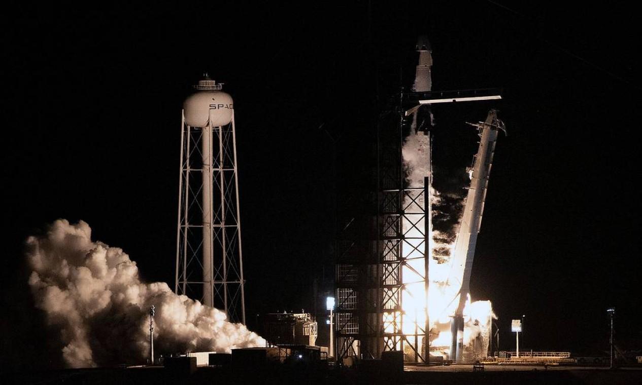 Lançamento do foguete SpaceX Falcon 9, com a espaçonave Crew Dragon, em março de 2019, na Flórida Foto: JIM WATSON / AFP