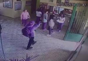 Criminoso aponta arma para grupo na entrada de escola Foto: Reprodução