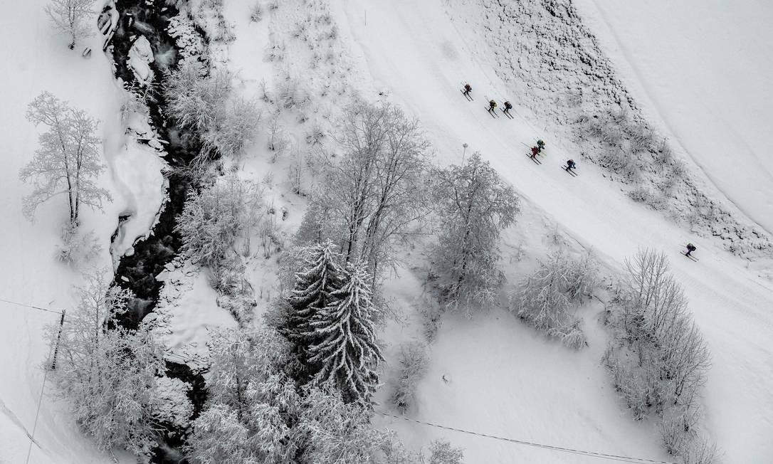 Esquiadores competem durante a primeira etapa da 34ª edição da corrida de alpinismo de esqui Pierra-Menta, em Areches-Beaufort, Alpes Franceses Foto: JEFF PACHOUD / AFP