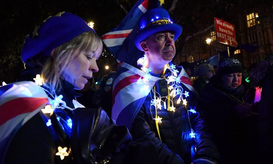 Um militante do Anti-Brexit protestou do lado de fora Parlamento britânico, em Londres Foto: BEN STANSALL / AFP