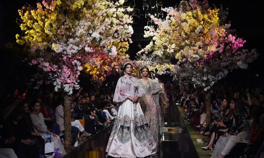 Modelos apresentam criações da estilista paquistanesa Sana Safinaz no primeiro dia da Fashion Pakistan Week Foto: ASIF HASSAN / AFP