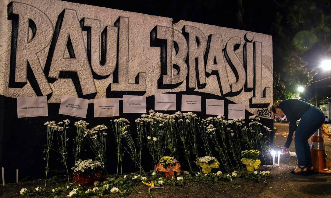 Flores foram colocadas em frente a escola estadual Professor Raul Brasil em homenagem aos mortos Foto: NELSON ALMEIDA / AFP
