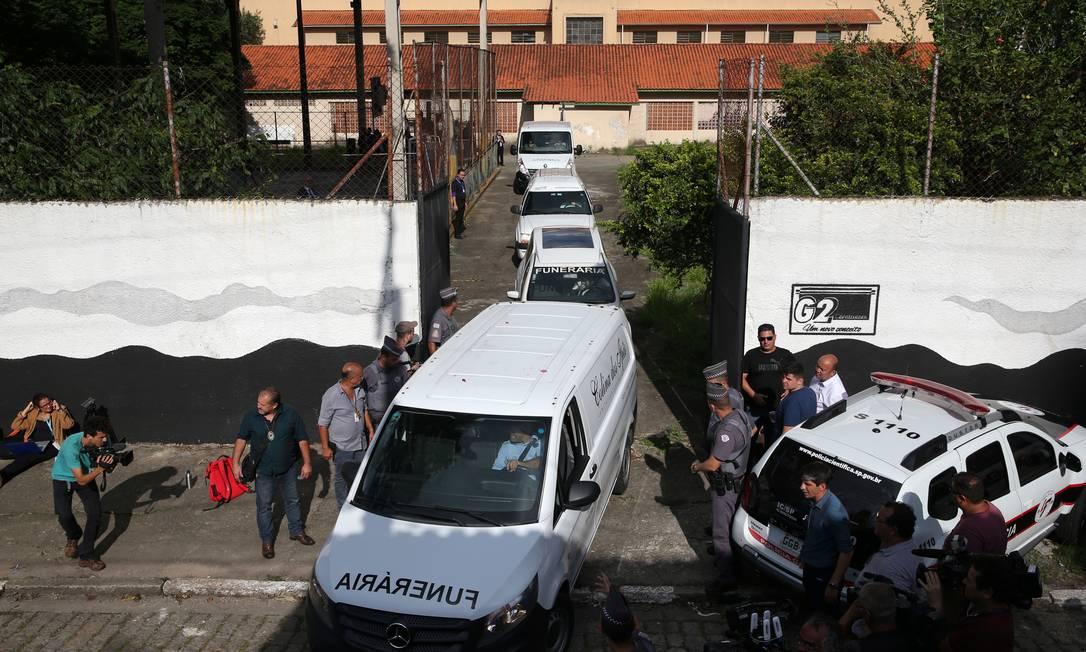 Veículos retiram corpos das vítimas do massacre na escola estadual Professor Raul Brasil Foto: AMANDA PEROBELLI / REUTERS