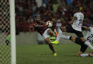 Gabigol chuta a bola na partida entre Flamengo e LDU Foto: Alexandre Cassiano / Agência O Globo