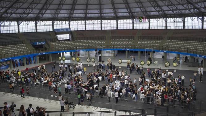 Prefeitura de Suzano organizou velório coletivo na arena Max Feffer, onde foram prestadas homenagens a quatro estudantes e dois funcionários da Escola Estadual Raul Brasil, palco de um ataque a tiros na quarta-feira Foto: Edilson Dantas / Agência O Globo