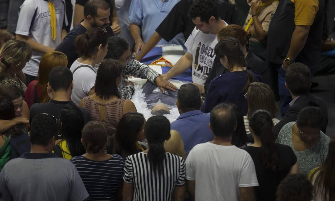 Parentes de Samuel Melquíades, de 16 anos, se despedem de aluno morto a tiros no massacre. Ele era descrito como educado e estudioso Foto: Edilson Dantas / Agência O Globo
