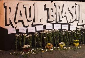 Na frente da escola, foram colocadas flores com os nomes dos alunos em homenagem às vítimas Foto: Edilson Dantas / Agência O Globo