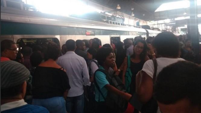 Passageiros enfretam trens lotados e atrasos nas estações da SuperVia Foto: Reprodução/redes sociais