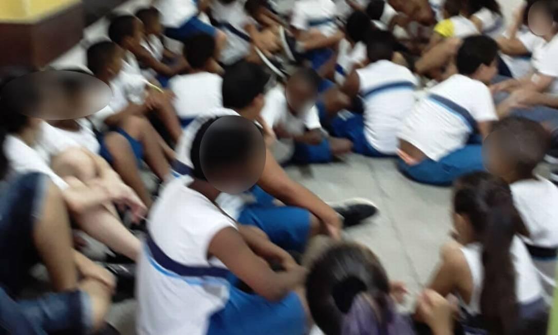 As crianças num corredor da escola municipal Foto: Redes sociais / Reprodução