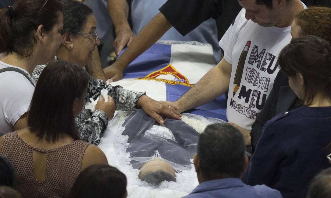 Parentes de Samuel Melquíades, de 16 anos, velam o corpo do aluno morto a tiros no massacre Foto: Edilson Dantas / Agência O Globo