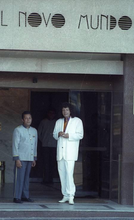O cantor Cauby Peixoto, morto em 2016 e considerado um dos maiores do país, em frente ao hotel em 30/01/1991 Foto: Leonardo Aversa / Agência O Globo