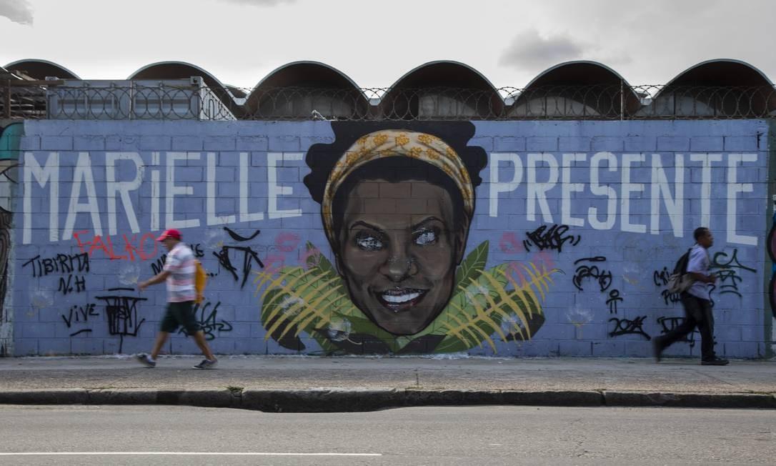Um enorme grafite em homenagem a Marielle Franco pode ser visto na Avenida Presidente Vargas no centro do Rio Foto: GABRIEL MONTEIRO / Agência O Globo