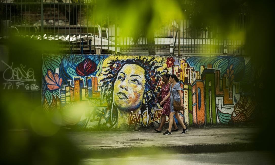 Grafite em homenagem à vereadora na calçada do local do crime Foto: Guito Moreto / Agência O Globo