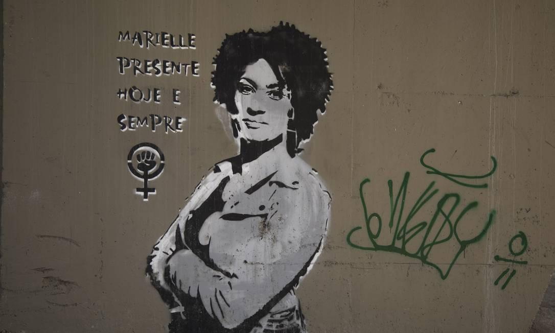 Em outro ponto da cidade na Radial Oeste, próximo ao Maracanã um pilar de viaduto, tem o grafite da vereadora assassinada Marielle Franco Foto: GABRIEL MONTEIRO / Agência O Globo