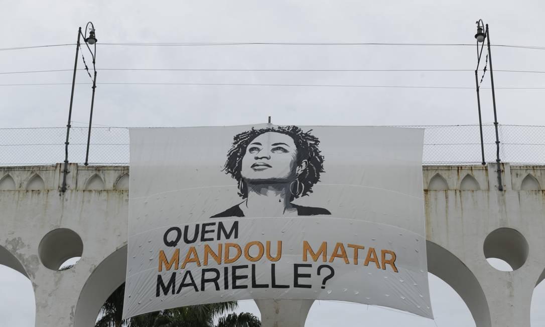 Na Lapa, uma faixa com o rosto da parlamentar e a pergunta 'Quem mandou matar Marielle?' foi pendurada nos arcos Foto: Gabriel Paiva / Agência O Globo