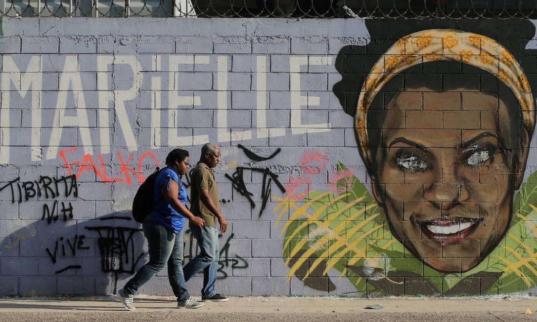 No Centro do Rio na Av. Presidente Vargas uma das principais da cidade, um grafite ilustra um muro da via Foto: SERGIO MORAES / REUTERS